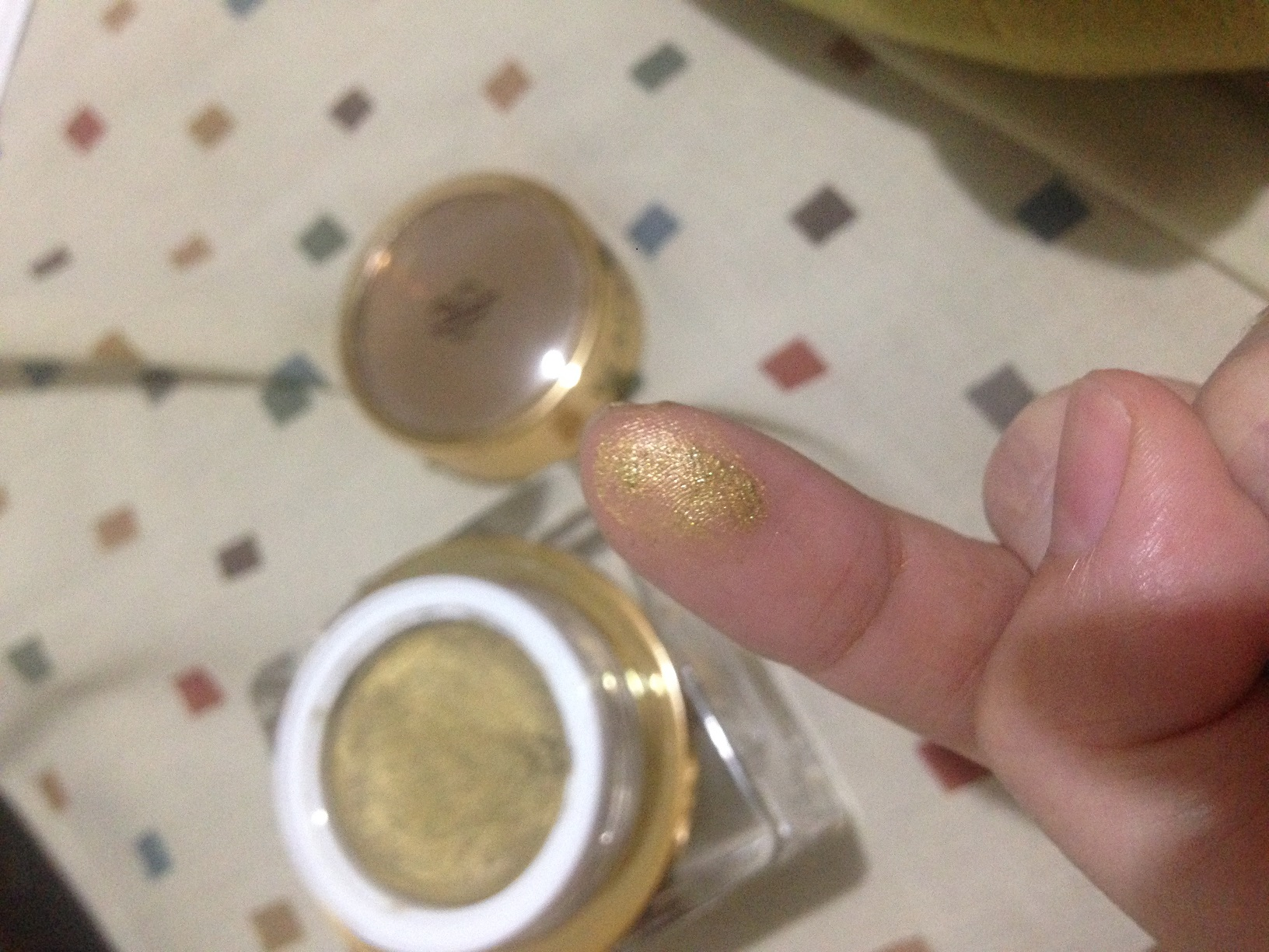 Black Pearl Cosmetics 24k Gold Mask Product Review - Gold on fingertips